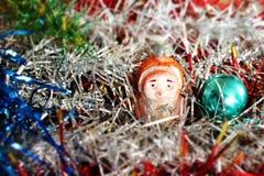 圣诞节和新年好闪亮金属片与圣诞老人和狗 库存照片
