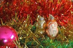 圣诞节和新年好闪亮金属片与圣诞老人和狗 免版税库存照片