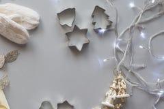 圣诞节和新年构成,演播室射击,灰色背景 免版税库存照片