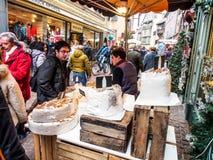 圣诞节和新年节日的人们在科尔马老镇 免版税库存照片