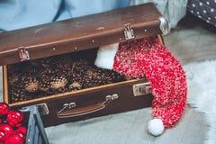圣诞节和新年装饰了得紧密  有杉木锥体的木箱 在他们原始的箱子的葡萄酒圣诞节红色装饰品 免版税库存图片