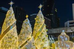 圣诞节和新年装饰在著名中央世界的百货商店前面点燃 免版税库存照片