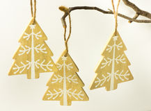 圣诞节和新年装饰,与垂悬在白色背景的一个干燥树枝的白色装饰品的木冷杉木 库存照片