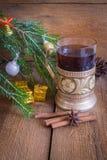 圣诞节和新年装饰,在玻璃的茶 免版税库存图片