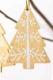 圣诞节和新年装饰,用白色装饰品做的木手工制造杉树垂悬在一个干燥树枝 库存照片