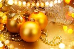 圣诞节和新年金黄中看不中用的物品和装饰 假日艺术设计 库存图片