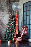 圣诞节和新年难看的东西装饰了内部室 免版税库存照片
