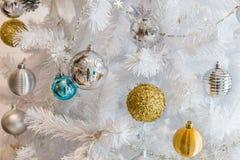 圣诞节和新年festiva的银色和金黄球诗歌选装饰 免版税图库摄影