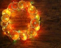 圣诞节和新年` s门花圈卖花人工作模板背景 库存照片