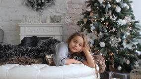 圣诞节和新年` s -孩子的喜爱的假日 惊人地C的背景的美丽的女孩 股票视频