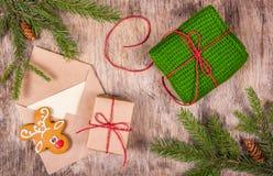 圣诞节和礼品包装材料的准备 克劳斯信函圣诞老人 图库摄影