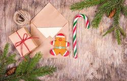 圣诞节和礼品包装材料的准备 姜饼人和棒棒糖在圣诞节背景与杉树 库存照片