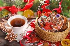 圣诞节咖啡和姜饼曲奇饼 免版税库存照片