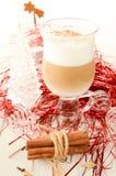 圣诞节咖啡拿铁用桂香 库存图片