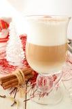 圣诞节咖啡拿铁用桂香 免版税库存图片