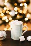 圣诞节咖啡杯用在新年` s光和装饰背景的蛋白软糖  图库摄影