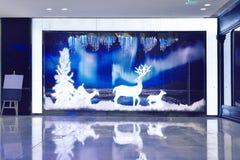圣诞节商店窗口前面 免版税库存图片