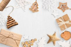 圣诞节嘲笑与您的文本和白色圣诞节树和星礼物的,在白色木背景的锥体地方 库存照片