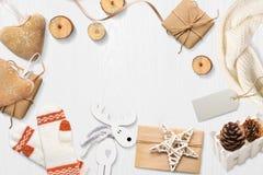 圣诞节嘲笑与您的文本和白色圣诞节树和星礼物的,在白色木背景的锥体地方 库存图片