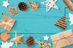 圣诞节嘲笑与您的文本和白色圣诞节树和星礼物的,在绿松石木背景的锥体地方 库存照片
