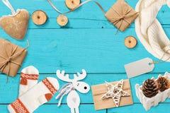 圣诞节嘲笑与您的文本的地方 在绿松石木背景的装饰 平的位置,顶视图照片大模型 库存照片