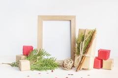 圣诞节嘲笑与照片框架, eco在pape的礼物盒 免版税图库摄影