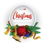 圣诞节圆的框架设计、现实新年树假日装饰与圣诞节球,金铃和金丝带 免版税库存照片