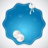 圣诞节圆的贴纸,被做仿照与白色圣诞节球的与白色雪花的蓝色和丝带样式在一轻的backgrou 免版税图库摄影