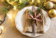 圣诞节土气设置,欢乐与叉子的假日餐桌 免版税图库摄影