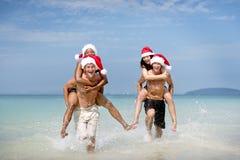 圣诞节圣诞老人帽子假期旅行海滩概念 免版税库存图片