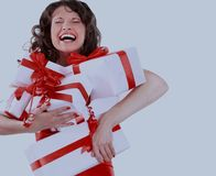 圣诞节圣诞老人帽子查出妇女纵向暂挂圣诞节礼品 空白背景的微笑的愉快的女孩 库存照片