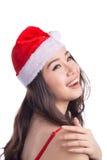 圣诞节圣诞老人帽子查出妇女纵向暂挂圣诞节礼品 空白背景的微笑的愉快的女孩 免版税图库摄影