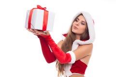 圣诞节圣诞老人帽子查出妇女纵向暂挂圣诞节礼品 免版税库存照片