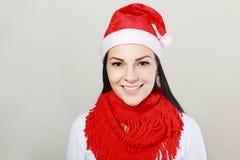 圣诞节圣诞老人帽子的愉快的女孩 免版税库存照片