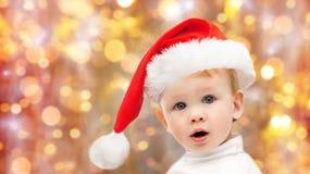 圣诞节圣诞老人帽子的美丽的矮小的男婴 免版税图库摄影