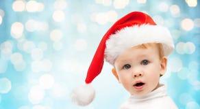 圣诞节圣诞老人帽子的美丽的矮小的男婴 免版税库存照片