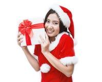 圣诞节圣诞老人帽子被隔绝的妇女画象举行圣诞节礼物盒 免版税库存照片