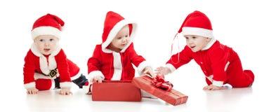 圣诞节圣诞老人有礼物盒的男婴女孩 免版税库存照片