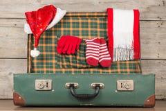 圣诞节圣诞老人盖帽和编织的小条在开放木手提箱打高尔夫球 库存照片