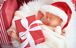 圣诞节圣诞老人盖帽的睡眠者新出生的婴孩 库存照片