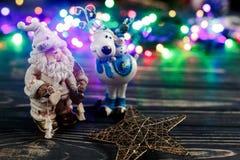 圣诞节圣诞老人鹿和星玩具在colorf背景  免版税库存图片
