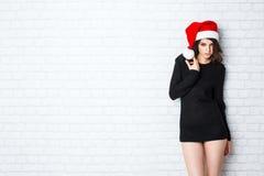 圣诞节圣诞老人 美丽的模型妇女 免版税图库摄影