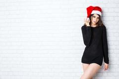 圣诞节圣诞老人 美好的微笑的妇女模型 库存图片
