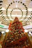 圣诞节在一个大购物中心的新年的销售 库存图片