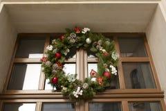 圣诞节在一个木门的花圈装饰与玻璃 库存照片