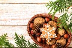 圣诞节在一个柳条筐的姜饼曲奇饼 库存图片