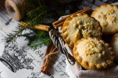 圣诞节在一个柳条筐的肉馅饼在与肉桂条和杉树分支的葡萄酒布料 库存照片