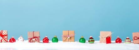 圣诞节在一个积雪的风景的礼物盒 图库摄影