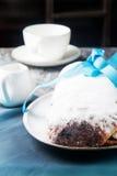 圣诞节在一个银色盘子stollen用桂香和搽粉的su 免版税库存图片