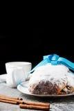 圣诞节在一个银色盘子stollen用桂香和搽粉的su 库存图片